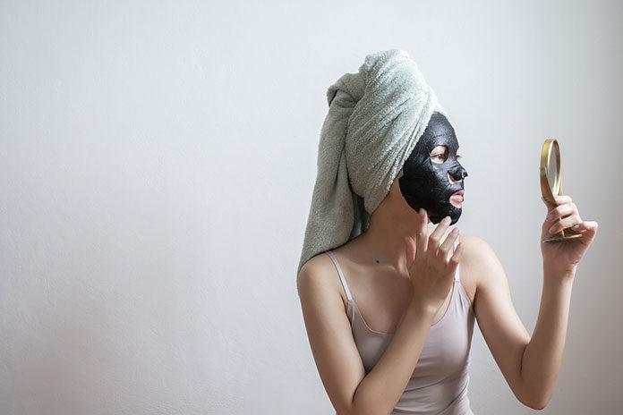 Kiedy używać maski na tkaninie z węglęm Pure Charcoal