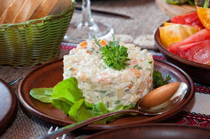 Jakie sałatki podać na tradycyjne śniadanie wielkanocne