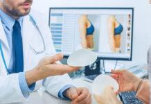Chirurgia plastyczna - lekarz pokazujący pacjentce implanty piersi
